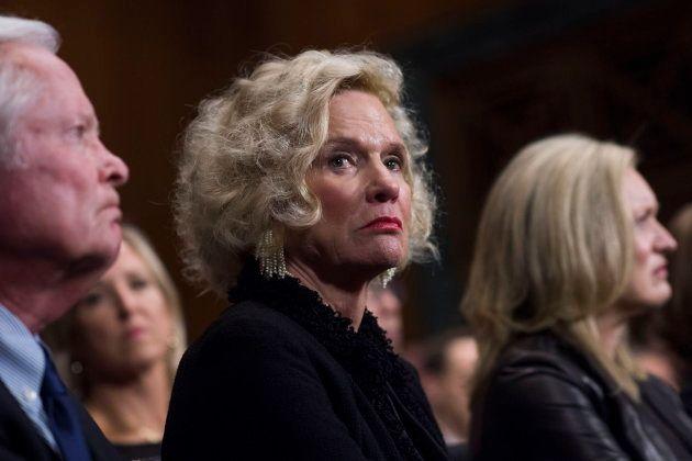 Martha Kavanaugh escucha el testimonio de su