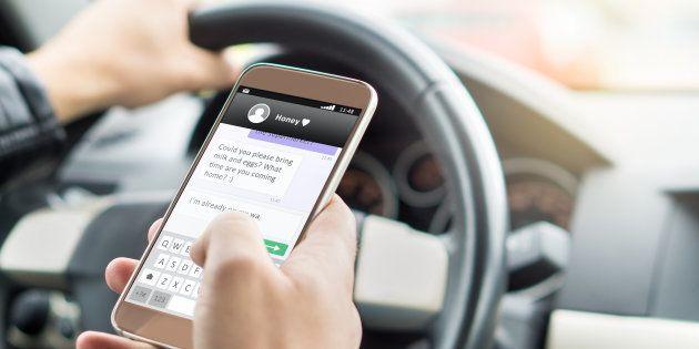 La DGT endurece el castigo: esto es lo que propone hacerle a quienes usen WhatsApp al