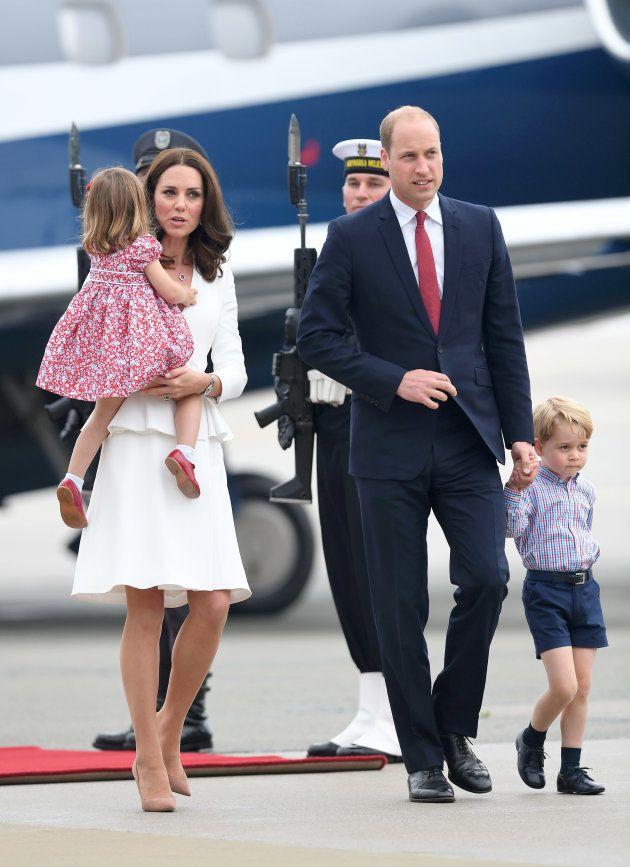 Los duques de Cambridge con sus hijos en