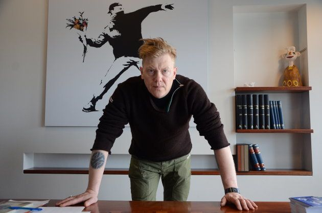 Jón Gnarr posa en su oficina de alcalde de Reikjavik en