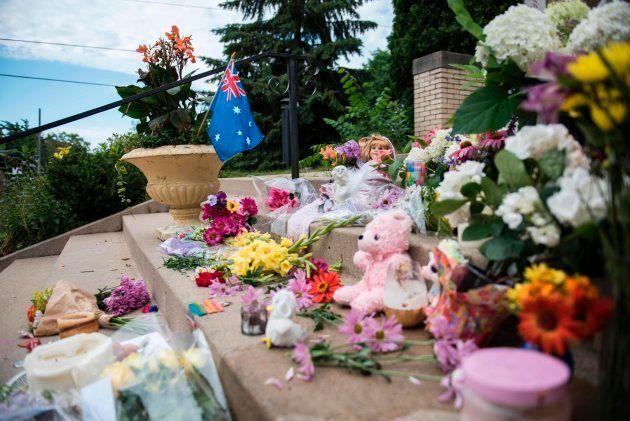 Flores para recordar a Justin Damond en el lugar en el que fue tiroteada por un policía, después de denunciar...