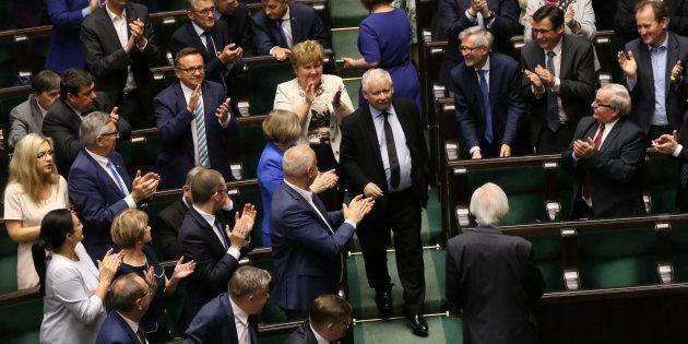 Jaroslaw Kaczynski, líder del partido Ley (o Derecho) y Justicia, aplaudido en el Parlamento por sus...