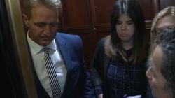 Una víctima de agresión sexual se encara con un senador