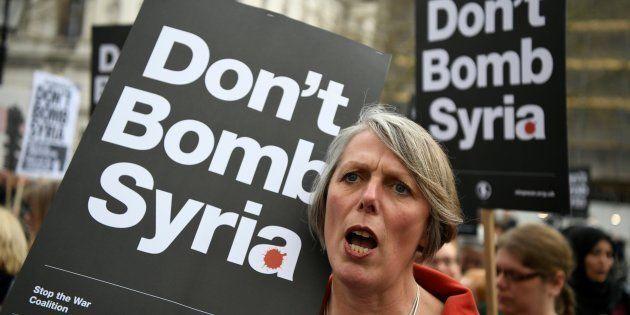 Cientos de manifestantes protestan contra una posible represalia militar en Siria en el centro de Londres...