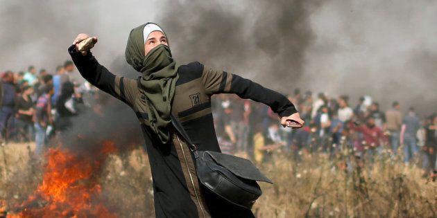 Una joven palestina lanza piedras a las tropas de Israel, esta mañana, en la frontera de