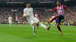 Críticas al árbitro del Madrid-Atleti por lo que ha hecho en esta jugada polémica de