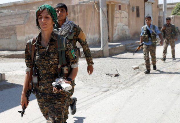 Las mujeres enseñan los dientes al Estado Islámico en el asalto a