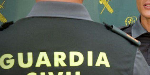 La Guardia Civil calienta (pero mucho) Twitter con el agente 'buenorrísimo' que ha utilizado para acercar...