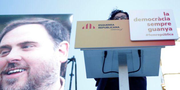 La secretaria general de ERC, Marta Rovira, oculta tras la tribuna y flanqueada por una gigantesca imagen...