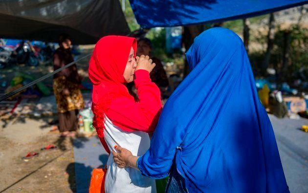Dos mujeres lloran tras reencontrarse después de la