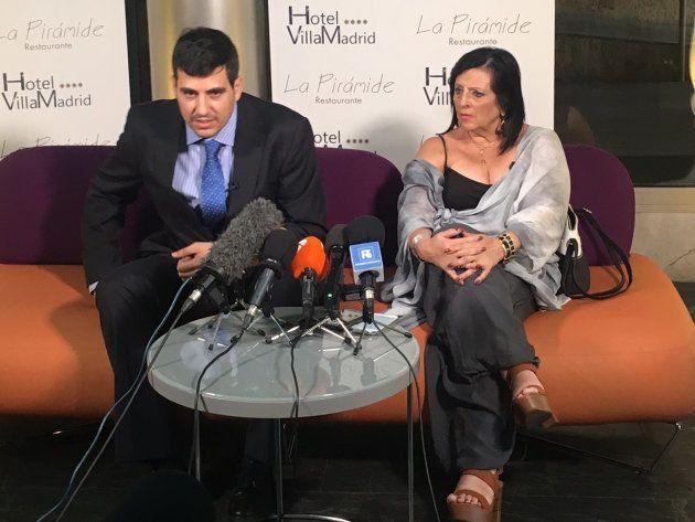 El abogado Enrique Blánquez y Pilar Abel, durante una rueda de prensa el 19 de julio en