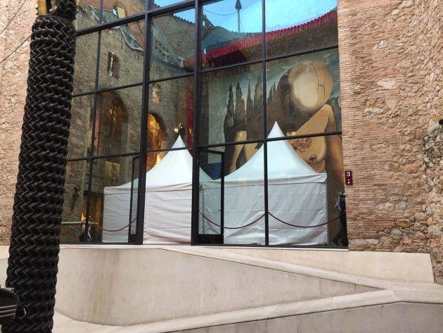 Carpa instalada sobre la tumba de Salvador Dalí en el Teatro-Museo Dalí en Figueres (Girona) para los...