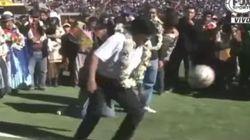 Evo Morales se viene arriba en la inauguración de un estadio y pega un balonazo a dos