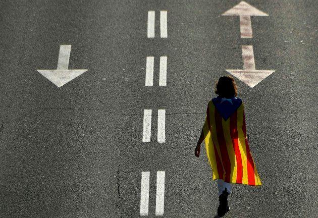 Una joven pasea con una bandera estelada el 11 de septiembre de 2018, con motivo de la