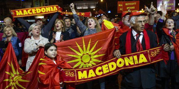 Ciudadanos que apoyan el boicot al referéndum celebran la baja