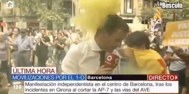 Un periodista de Telemadrid, obligado a interrumpir una conexión desde Barcelona tras ser atacado con...