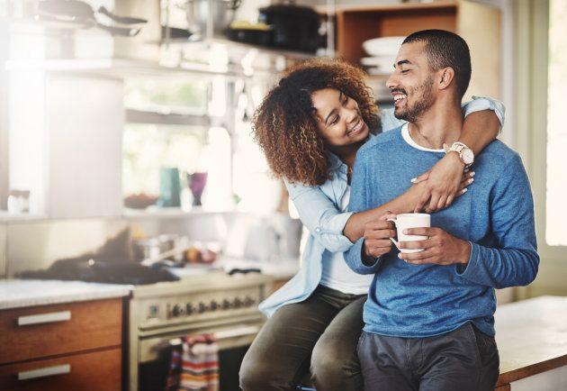 Las parejas con salarios similares duran más, según un