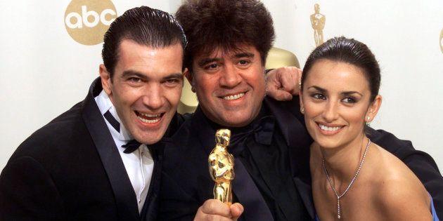 Pedro Almodóvar junto a Antonio Banderas y Penélope Cruz cuando recibió el Oscar por 'Todo sobre mi madre'...