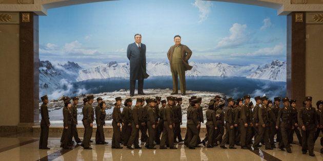 Imagen de archivo de soldados pasando junto a los retratos de los líderes de Corea del Norte Kim Il-Sung...