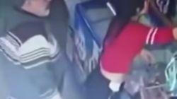 Una cámara de seguridad capta el acoso de un cliente a una