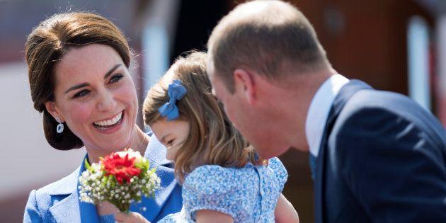 La princesa Carlota entre sus padres, Kate y Guillermo, a su llegada al aeropuerto de Tegel, en Berlín...