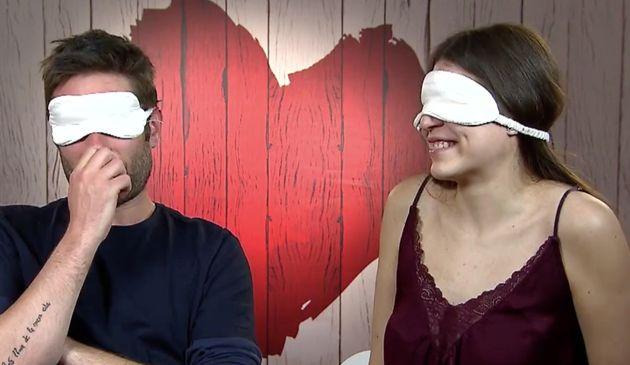 A ciegas se dan un 'NO' rotundo pero al quitarse el antifaz quedan deslumbrados con el físico de su cita...