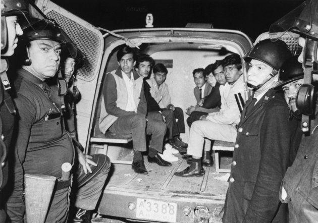 Jóvenes detenidos en Tlatelolco por la policía mexicana en octubre de