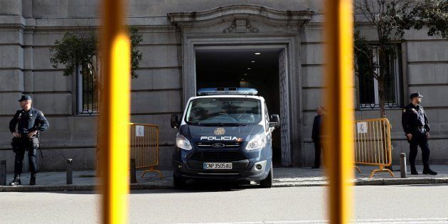 Furgón policial en las puertas del
