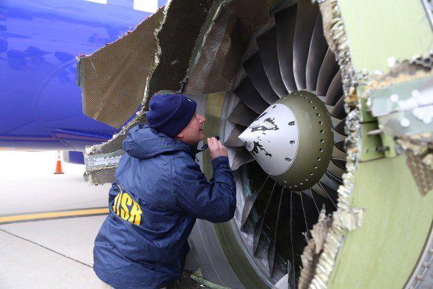 Un técnico inspecciona el motor averiado del avión en el que ha muerto la