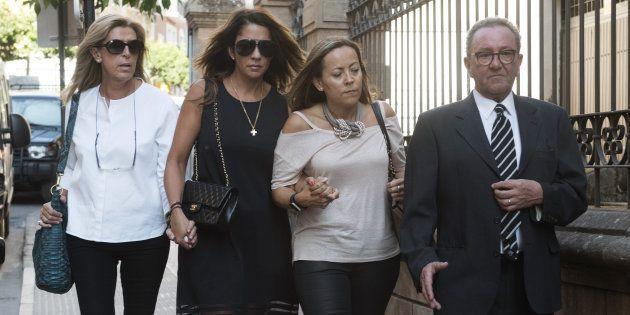 Gema Gámez (segunda por la izquierda), la viuda del expresidente de Caja Madrid Miguel Blesa, a su llegada...