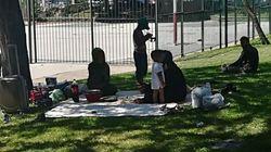 Un centenar de refugiados sirios lleva diez días en un parque de Madrid junto a la