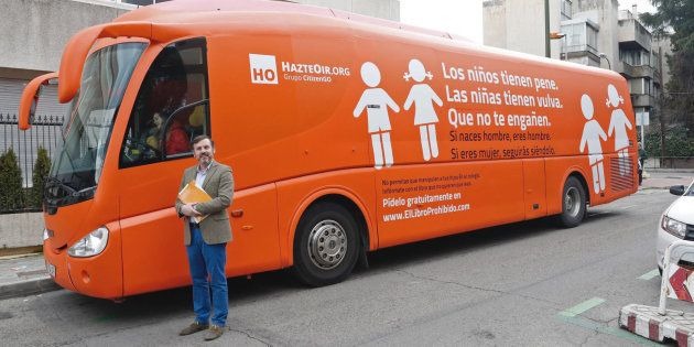 El presidente de Hazte Oír, Ignacio Arsuaga, posa junto al autobús rotulado con lemas contra los