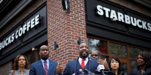 El concejal de Filadelfia Kenyatta Johnson se dirige a los medios junto al Starbucks en el que dos hombres...