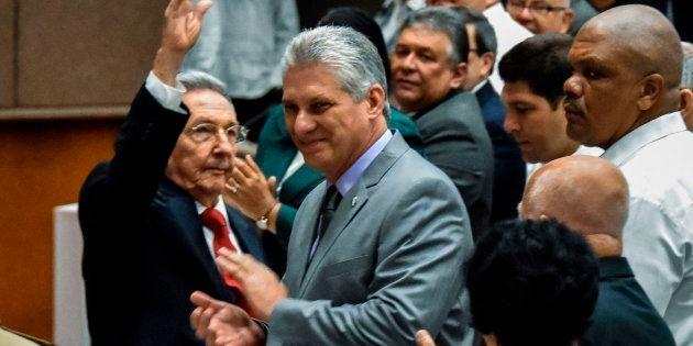 Raúl Castro junto a Miguel Diaz-Canel, este