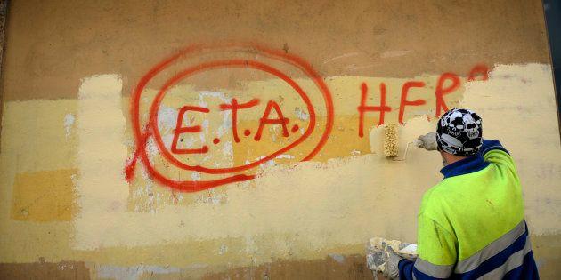 Un trabajador borra una pintada de apoyo a ETA en la localidad vizcaína de