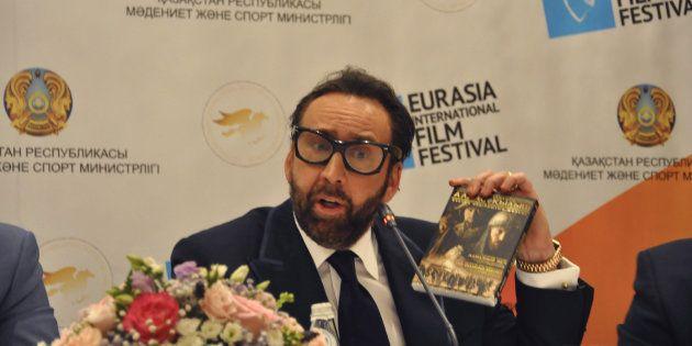Nicolas Cage visita Kazakhstan y su atuendo se convierte en