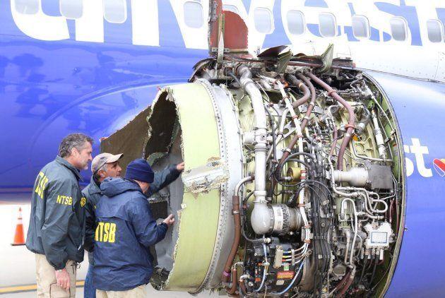Fotografía cedida por la Junta Nacional de Seguridad del Transporte (NTSB) que muestra a investigadores...