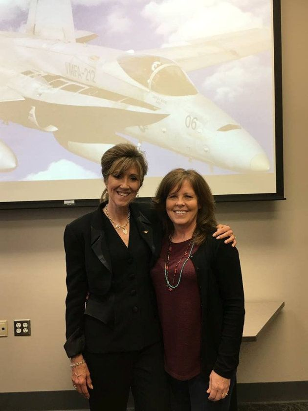 La comandante Tammie Jo Shults, a la izquierda, posa para una foto en la Universidad MidAmerica Nazarene...