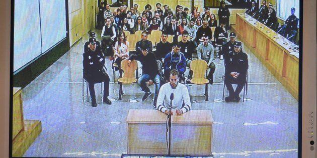 Foto de una pantalla que retransmite el primer día del juicio por la agresión de