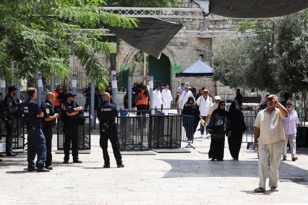 Los uniformados israelíes, junto a los arcos de seguridad instalados en el acceso a Al