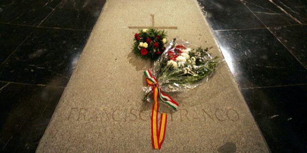 Expulsado del Valle de los Caídos por retirar unas flores de la tumba de