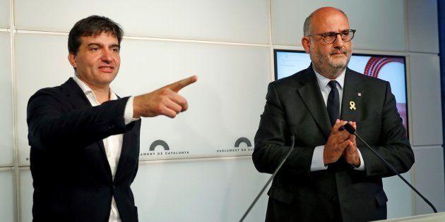 El portavoz de ERC, Sergi Sabrià, y el de JxCat, Eduard Pujol, explican en rueda de prensa el acuerdo...