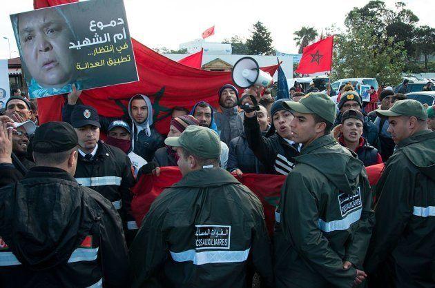 Familiares de los muertos en Gdaim Izik reclaman justicia el pasado enero frente al tribunal que ha impuesto...
