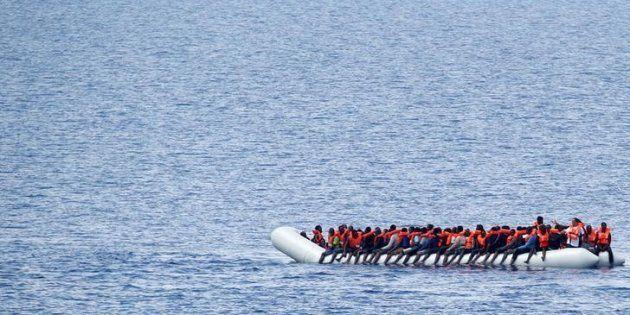 Un grupo de migrantes, antes de ser rescatados por la ONG Save The Children tras partir de Libia, el...