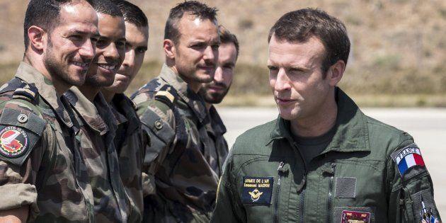 Emmanuel Macron saluda a un grupo de soldados durante su visita a una base aérea en Istres, el pasado...