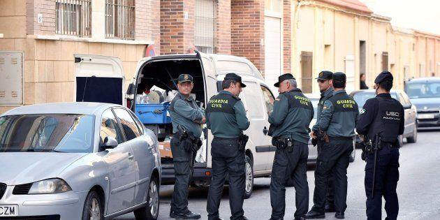 Una patrulla de la Guardia Civil frente a la casa del suceso en una pedanía de El Ejido