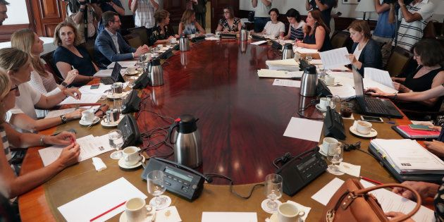 Miembros de los diferentes partidos durante la reunión de la subcomisión del Congreso para articular...