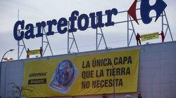 Greenpeace denuncia el uso excesivo de plástico colgando dos pancartas en