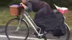 La imagen de una monja ciclista en chanclas haciendo el camino de Santiago a toda velocidad ya es