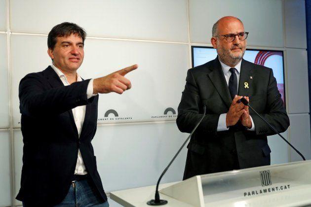 El portavoz de ERC, Sergi Sabrià, y el de JxCat, Eduard Pujol, en rueda de